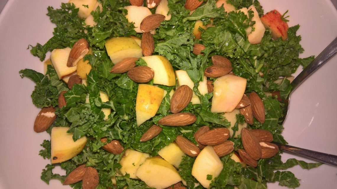 Grønkålssalat med æble og mandler