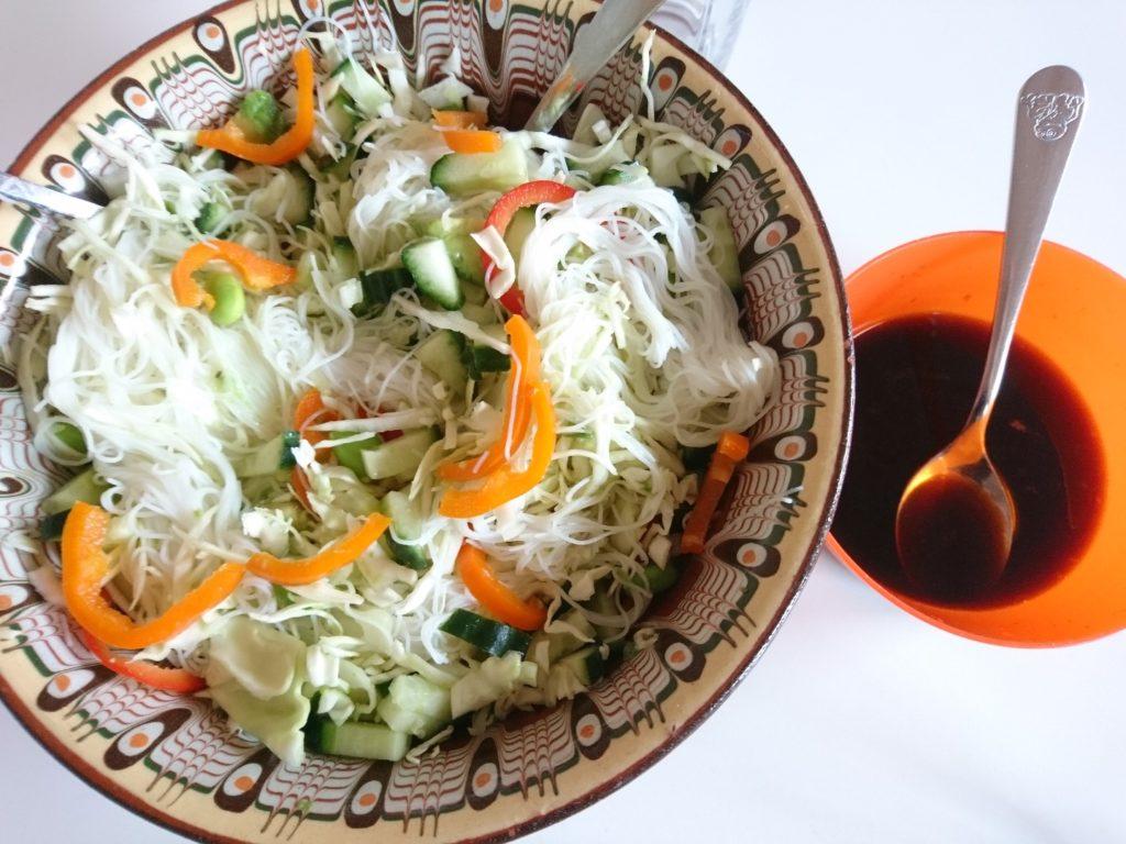 Salat med nudler