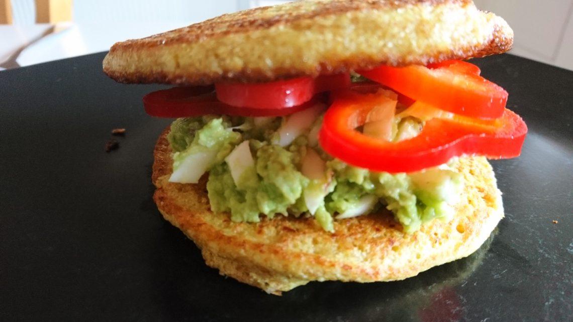 Sandwich med æg og avocado.